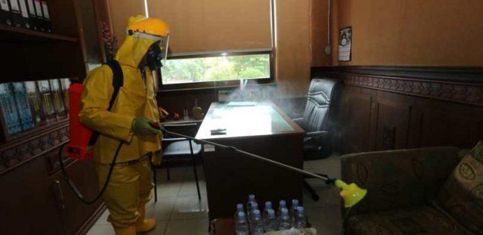 Penyemprotan desinfektan di kantor Bupati Siak. Pemerintah Kecamatan Lubuk Dalam dan Satgas Covid 19 melakukan penyemprotan desinfektan ke rumah warga untuk mencegah meluasnya virus Covid 19