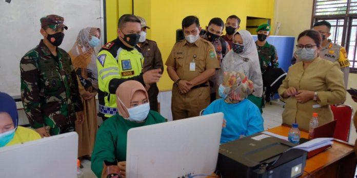 Kapolda Riau dan Danrem meninjau vaksinasi di Kecamatan Kerinci Kanan, Siak